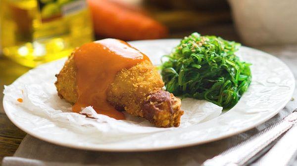 Курочка в панировке с морковным соусом и водорослями | Курица в панировке, густой морковный соус и морские водоросли на гарнир. Вы просто съедите свои пальцы!