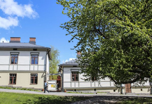 """Suomen Kuvalehti: Suljetulla sisäpihalla syntyy ainutlaatuinen henki – """"Kun joku puhuu, on hiiskumaton hiljaisuus"""" Kesämatkalla: Annikin runofestivaali Tampereella tarjoaa videorunoja ja yllätysperformanssin.  KESÄMATKALLA – Korkeat puutalot ympäröivät Annikin korttelia Tampereen Tammelassa. Mutta kynnys astua sisäpihalle on matala, kun yhden päivän intensiivinen runofestivaali täyttää korttelin lauantaina …"""