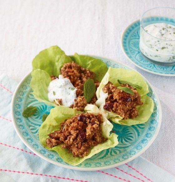 Gefüllte Salatblätter: Ein Super-Snack mit Rinderhack, Couscous und Cranberrys, dazu gibt's frischen Minzjoghurt.