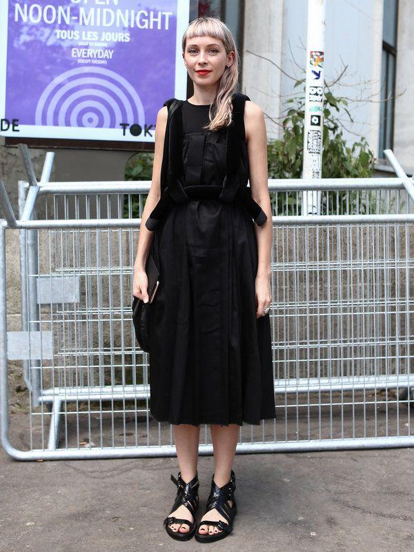 出張中はモードなブラックドレスがお役立ち