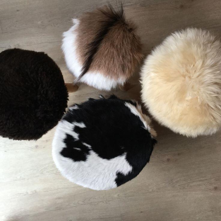Krukje met geitenvacht | krukje met schapenvacht | bijzettafel met koeienhuid | interieur | goat skin | interior | livingroom | meubels | wooninspiratie | decoratie | Sheepskin rug | huiskamer | www.dutchskins.com