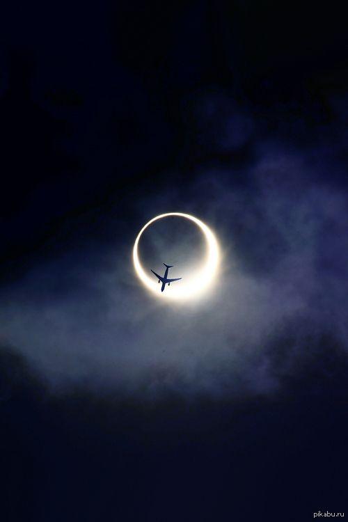 Пролетающий самолет на фоне солнечного затмения, фантастическое зрелище