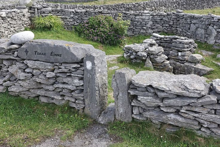 """Tobar Éinne (Poço de Enda) é um poço sagrado que cura todas as doenças. É dedicado a Enda de Inis Mor - que é considerado """"pai da Igreja Monástica Primitiva"""". O poço está localizado na parte ocidental de Inisheer, nas ilhas Adan, baía de Galway, Irlanda. Homens santos de toda a Irlanda viajaram para Inis Mor para aprender com Enda. Este é o único poço sagrado existente na ilha.  Fotografia: Hinnerk Rümenapf."""