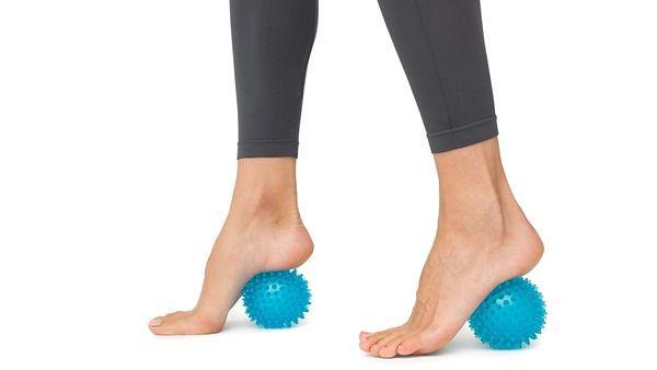 Masážní míčky dokážou stimulovat reflexní body na plosce nohy a jsou i užitečnou labilní plochou pro cvičení.