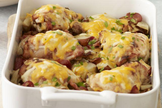 Ce plat mijoté représente la cuisine réconfortante à son meilleur. Composé de bacon, de pommes de terre, d'oignons et de poulet mariné, il deviendra rapidement un favori de votre famille.