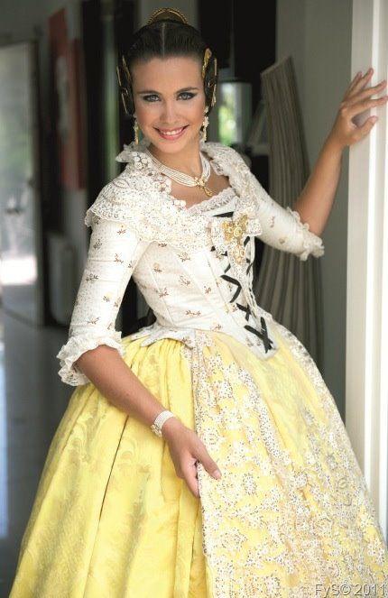 Laura Caballero, Fallera Mayor de Valencia, con un traje precioso del s XVIII en amarillo y blanco. #fallas #fallera