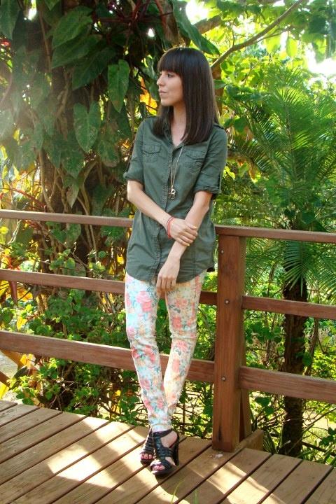 Estampado floral + camisa estilo militar...
