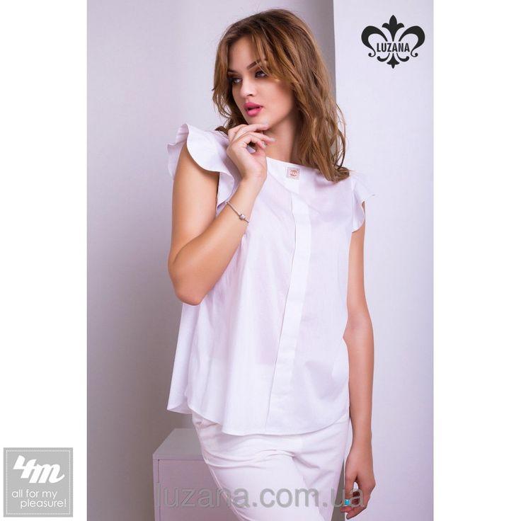"""Блуза Luzana «Кэлли» (Белый)  Легкая и свободная - летняя блузка Кэлли отлично подходит для жаркого времени года. Вы можете выбрать эту блузку в качестве повседневной одежды, сочетая ее с любым низом.Модель дополнена небольшими """"крылышками"""", которые придают блузке особую нежность и воздушность. По полочке изделия идет планочка. Украшает блузку декоративный элемент со стразами. Блузка Кэлли отличается доступной ценой и превосходным качеством исполнения. Она станет любимым элементом гардероба…"""