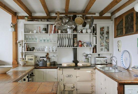 Mooie ruw houten tafel en kruk            Keuken bar van steigerhout en op wielen        Sfeer interieur met robuuste houten tafel       R...