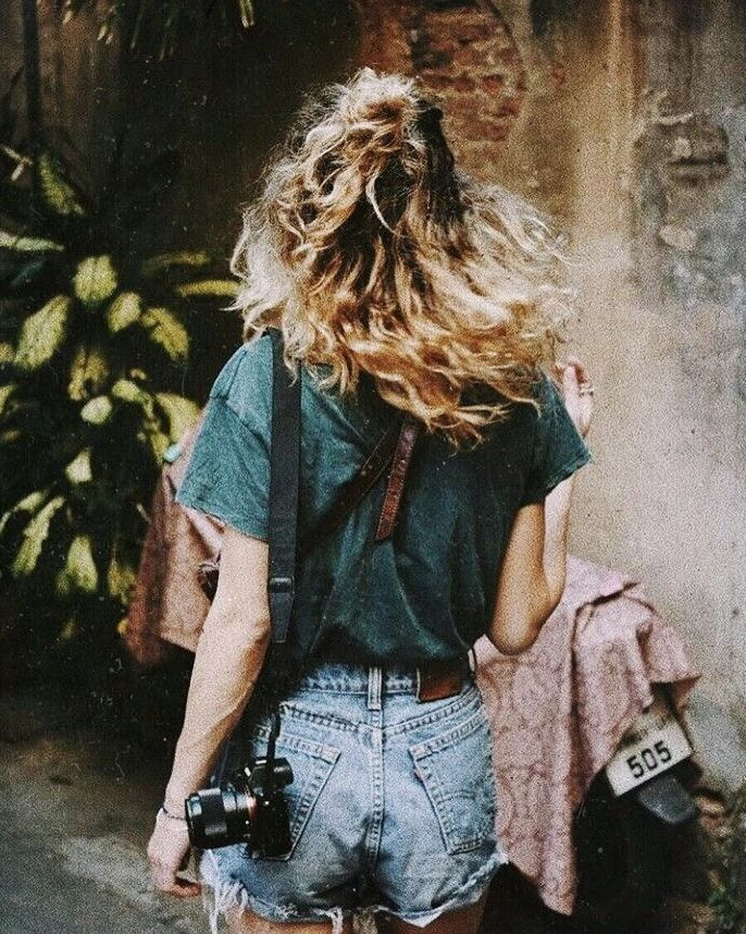curly hair | highlights | brunette | summer | photo | photographer | high waisted distressed shorts | casual | roam | carefree | adventure | explore