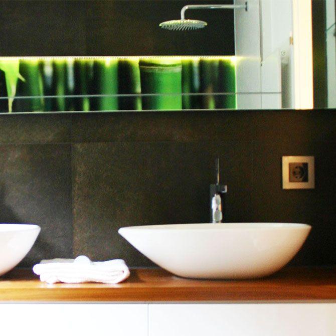 Lassen Sie Ihr Chi fließen … gedeckte Farben, runde Formen und das grüne Highlight der Dusche lassen uns in diesem Mini-Spa das Gefühl für Zeit und Raum verlieren…
