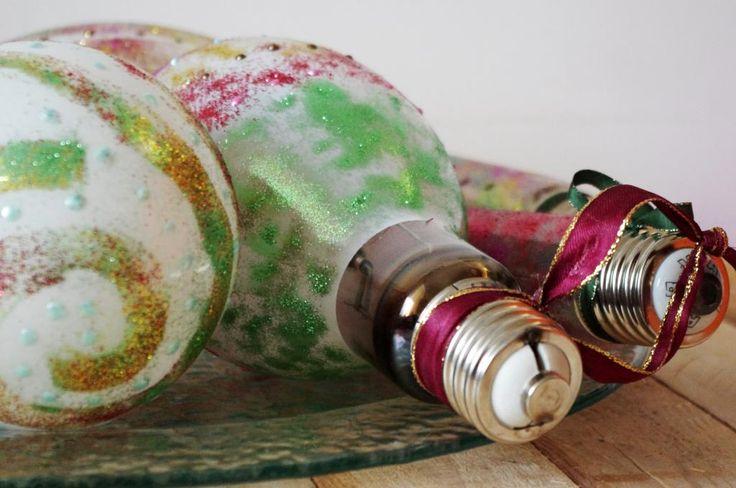 Vánoční žárovky II. - Staré žárovky můžete kreativně zužitkovat. Stačí Vám barvy a můžete je snadno proměnit v krásné vánoční ozdoby. Tentokrát jsme použili velké vysloužilé žárovky a zářivky. ( DIY, Hobby, Crafts, Homemade, Handmade, Creative, Ideas)