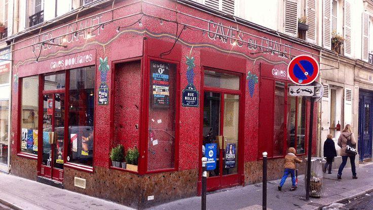 Dans la vivante rue des Dames, les Caves Populaires est un bar à vins sympathique, avec son ambiance franchouillarde, son choix de vins à la carte, ses planches...