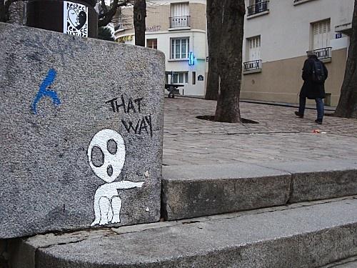 Street art un petit bonhomme nous ordonne par ici - Dessin bonhomme assis ...