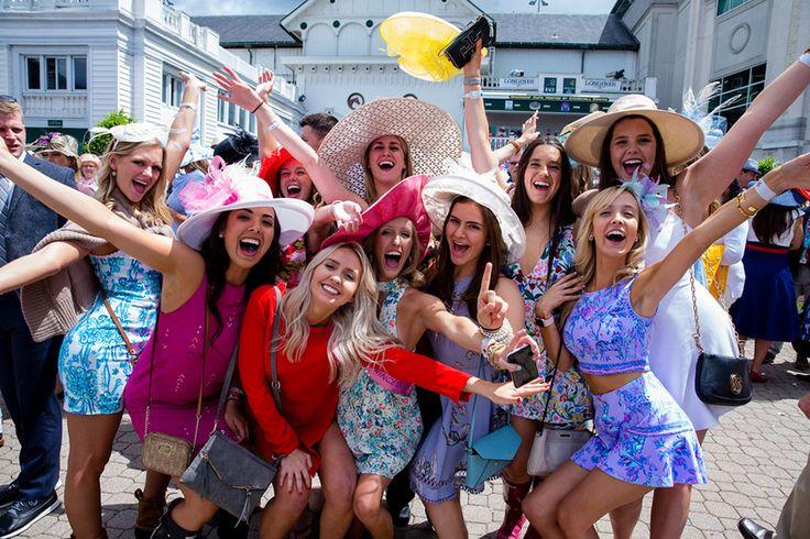 Μια παρέα από  γυναίκες ποζάρουν με τα παραδοσιακά αξεσουάρ τους μετά το φίνις της ιπποδρομίας του 143ου ντέρμπι του Κεντάκι στη Λούισβιλ