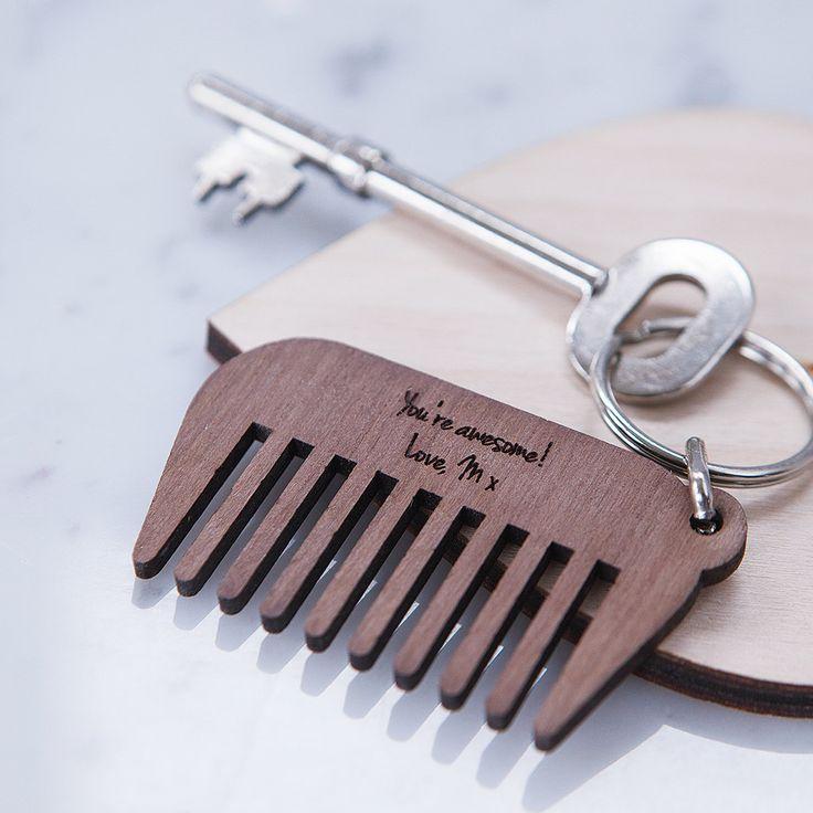 Eine personalisierte hölzerne Bart Kamm Schlüsselanhänger, ein wesentliches Stück Bart Pflege Kit und das perfekte Geschenk für ihn für Styling on the Fly!  Jede maßgeschneiderte Bart-Kamm ist gefertigt aus Walnussholz in unserem Studio in Großbritannien, und jeder Kamm ist abgeschlossen mit einer Split-Ring-Anlage, geeignet für eine große Anzahl von Schlüsseln. Die perfekte Mens Pflege-Zubehör für die Führung von seinem Kinn in Schach, egal wo Sie sind!  Fügen Sie eine zusätzliche…