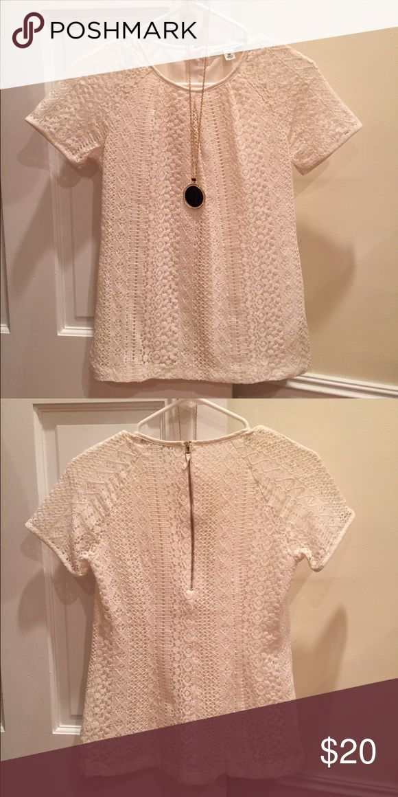 Perfect cream lace top! Short sleeves with fully lined bodice, sleeves are not lined. Made of cotton and nylon and lining is polyester. Banana Republic Tops