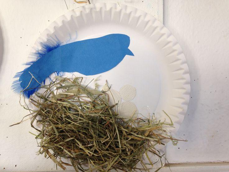VOGELNEST: Male, Bastle, Kreiere mit Papier oder Tapetenresten einen Vogel mit seinen Eiern. Anschließend wurde aus echtem Heu (mit Flüssigkleber drunter und drüber) ein echtes Nest geschaffen....
