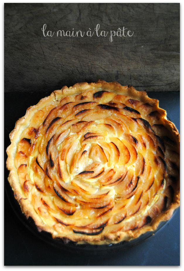 Tarte aux pommes avec une pâte brisée maison recouverte de crème pâtissière.