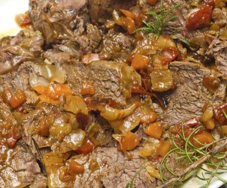 Sontuoso secondo piatto che, a dispetto del nome, è in realtà tipico della cucina campana. Il segreto? La cottura lenta e a fuoco basso di carne e cipolle.