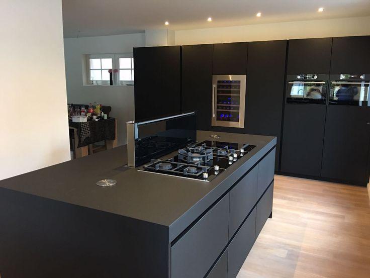 Deze zwarte keuken is geplaatst door onze eigen vakmensen. In één woord: prachtig. Zoek je keukeninspiratie of keuken ideeën, dan is zwart een aanrader qua kleur.