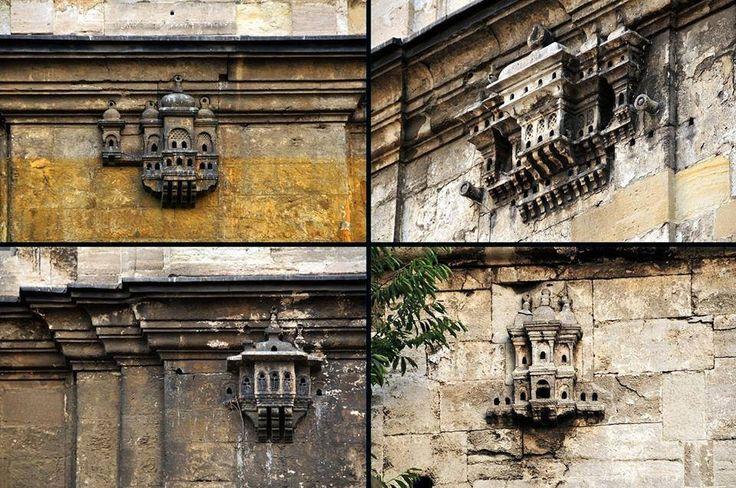 Kuş yuvaları Bird houses Osmanlı döneminde kuşların soğuk kış günlerinde barınması için yapılan Kuş Saraylarından günümüze ulaşan bir örnek, Ayazma Camii