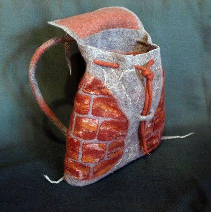 Купить или заказать Рюкзак-сумка 'Кирпичики' в интернет-магазине на Ярмарке Мастеров. Очень удобно накинуть рюкзачок на одно плечо, два кармана( внутри и снаружи). Осыпалась штукатурка, а как хорошо сохранились старые терракотовые кирпичи...