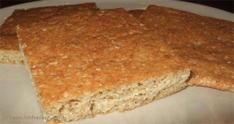 LCHF Sesambröd  1 msk fiberhusk 2 dl skalade sesamfrön 1 tsk bakpulver 2 dl riven ost 3 ägg   Gör så här  Blanda alla torra ingredienser plus ost. Tillsätt äggen och rör ihop till en jämn massa. Häll massan på en bakpappersklädd plåt. Bred ut massan tunt (min kaka blev 38x24 cm) med en slickepott eller använd en bit plastfolie och brödkavel. Grädda i 225 grader i 8 min. Låt svalna och skär i lämpliga bitar. Torka i ugn på 75 grader om du vill ha hårt bröd.