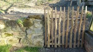 Bildergebnis für staketenzaun haselnuss tor selber bauen