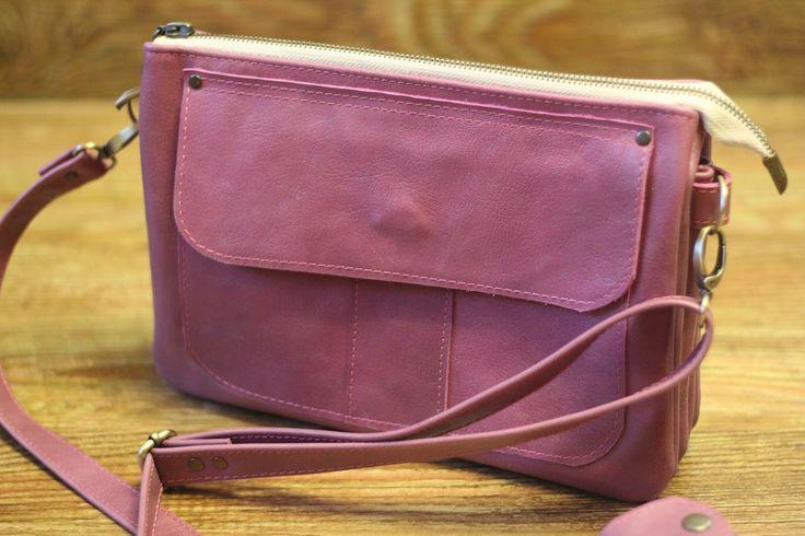 Для стиля винтаж и уже упомянутого стиля Бохо эта сумка-клатч из кожи подойдет как нельзя лучше. Это прекрасный вариант даже для тех ,кто только начинает шить. Выкройка, приведенная ниже очень проста и понятна. Мастерить вещи и аксессуары своими руками очень приятно. Еще приятнее их носить, ведь такая сумка будет эксклюзивной. И еще немного про сумки: ...