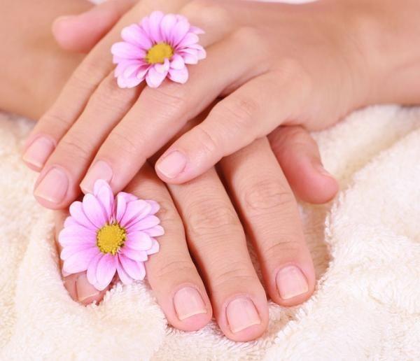 Cómo hacer una crema exfoliante para las manos. Nuestras manos están constantemente expuestas a las inclemencias del clima, los productos de limpieza y la suciedad, por lo que suelen resentirse con facilidad. Además, la piel de esta zona al ser tan...