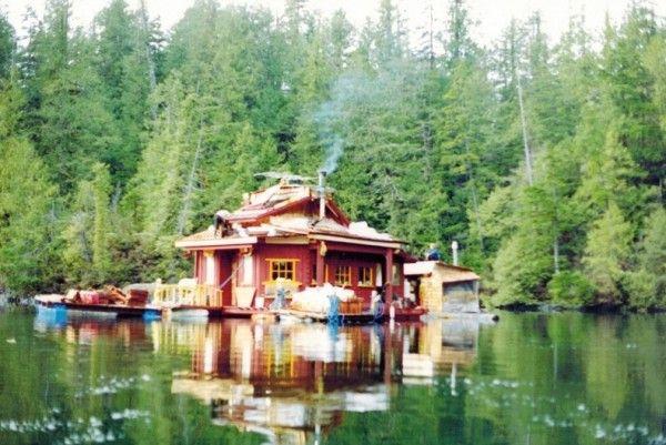 1992 - Stel spendeert 20 jaar aan het bouwen van een drijvend eiland huis - Nieuws - Lifestyle