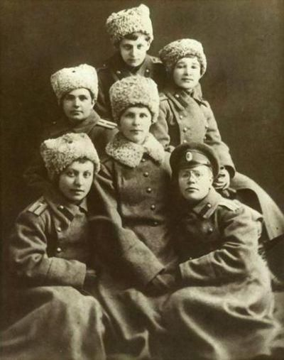 Russian army female ensigns graduates from the Alexandrovskiy Army College , 1917.
