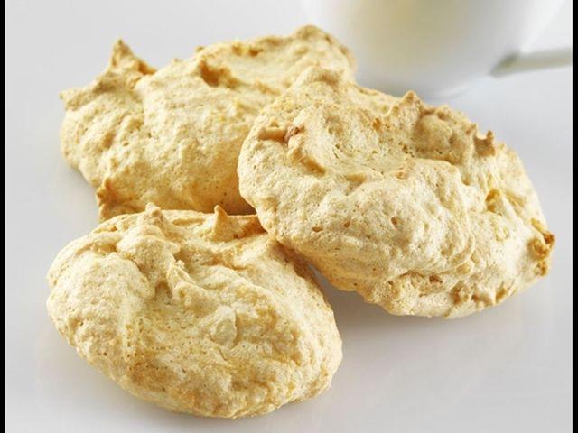 křehké bílkové sušenky s mandlemi