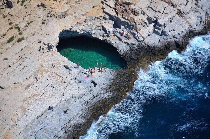 Γκιόλα, Θάσος.Το «Δάκρυ της Αφροδίτης» H φυσική πισίνα με καταπράσινο νερό που τη χωρίζει ένας βράχος από τη θάλασσα!