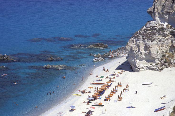 Azurblaues Wasser und köstliches Essen: Tropea ist Kalabriens Urlaubsparadies. Ein paar kleine Schwächen gibt es jedoch - die italienische Mafia zum Beispiel.