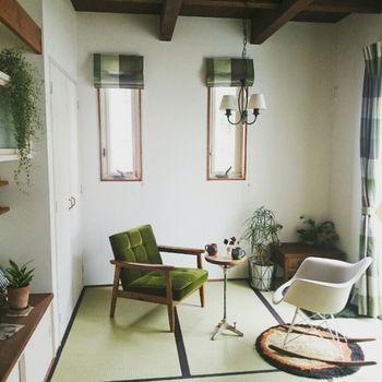 畳のヘリと色を合わせる  和室を、ブラウンとグリーンの2色をメインにコーディネートすることで、まとまりと落ち着きのある和風モダンに仕上がっています。1人掛けソファのベロア素材が、ノスタルジックな雰囲気もプラス。畳の淡いうぐいす色は、グリーンを基調としたインテリアが良く似合います。