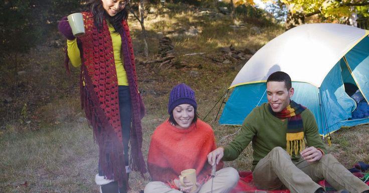 Comidas fáceis para uma semana no acampamento. Acampar nas férias com amigos ou familiares é sempre divertido e excitante. Um problema que muitos enfrentam é ter que preparar refeições que não necessitem de todos os equipamentos e utensílios da cozinha de casa. Mas, muitas receitas fáceis ajudarão você a fazer ótimas comidas enquanto o grupo se diverte na natureza.