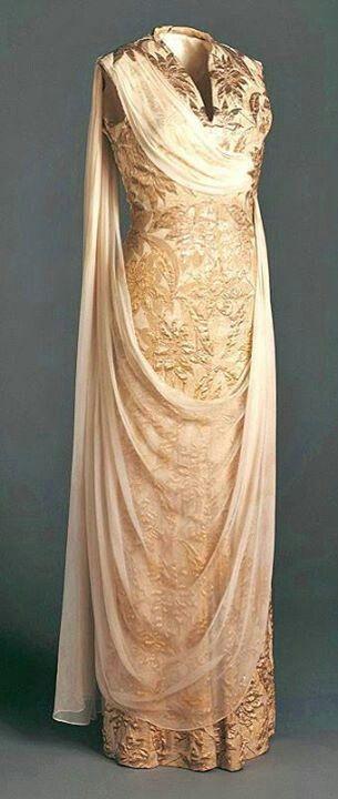 Brocado - tela de seda bordada antiguamente con hilos metalicos (oro o plata) formando dibujos con motivos florales, arabescos... Silk brocade dress 1958