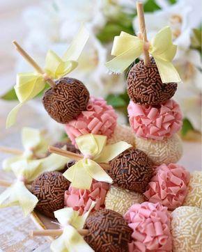 """Uma nova proposta de decorar a mesa com os espetinhos de brigadeiro. Uma versão diferente da que já postamos aqui, mais estilosa, mas com a mesma """"pegada"""". RG: @vitorcorrea13 #DentroDaFesta . . . . . #brigadeiros #napolitano #morango #strawberry #doce #brigadeiro #chocolate #candy #Food #foodlovers #followoftheday #foodbloggers #foodphotografer #picoftheday #foodlovers #achadosdasemana #homemade #eatography #dessert #porumavidamaisdoce #amocaseirices #eunacasaecomida #brigadeiro #brazili..."""