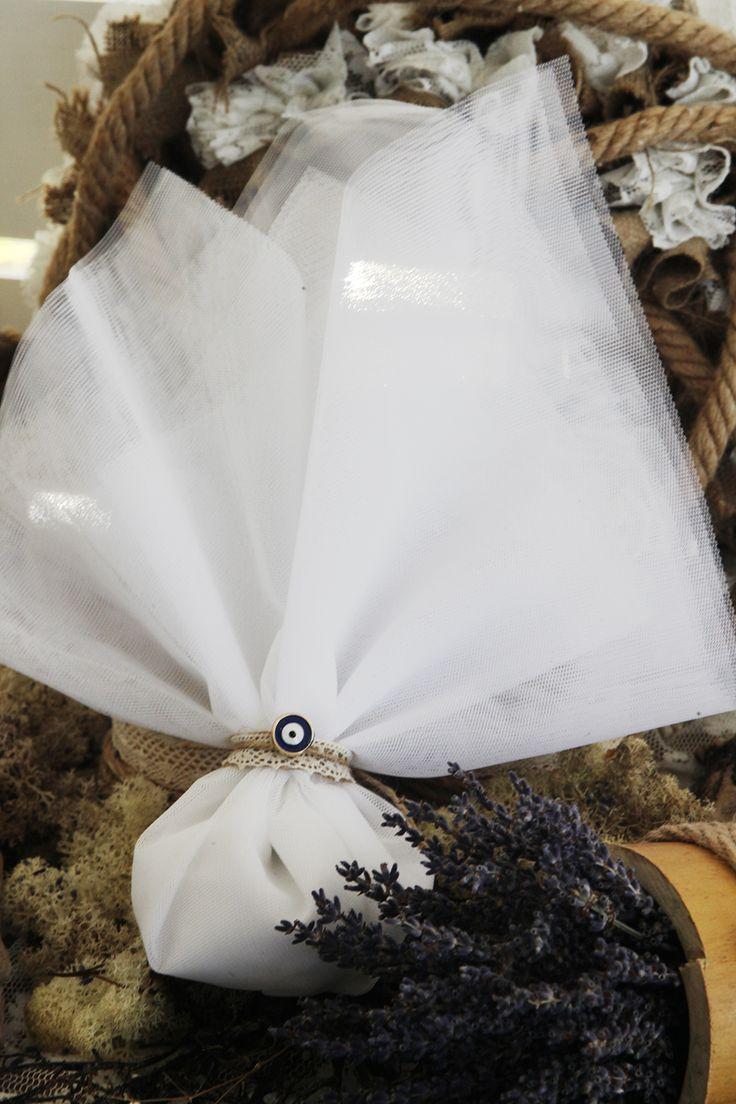 Μπομπονιέρα Atelier Zolotas τούλινη, δέσιμο με κορδόνι οικολογικό, τρέσα δαντέλας και στολισμένο με ματάκι.