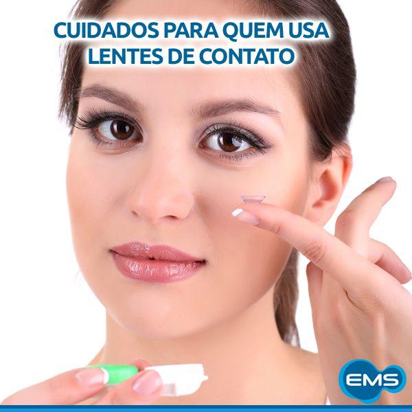 Lentes de contato são seguras, desde que usadas conforme orientação médica. Dormir com as lentes pode estimular lesões graves, inflamações e tornar o ambiente propício a infecções. É preciso lavar bem as mãos antes de manusear as lentes e limpá-las com a solução correta. Nunca utilize produtos fora da validade. Cuidado redobrado para quem usa maquiagem, nenhuma sujeirinha pode ficar dentro do olho.