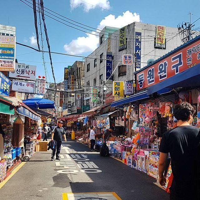 Markety w Korei to stan umysłu #seoul #instatravel #traveltheworld #traveldaily #worldtrip #asia #korea #korean #globetrotter #goabroad #girlswhotravel #streetphotography #holiday #archilover #architecture #traveltheworld #exploretocreate #ourplanetdaily #nomadephotographers #wakacyjnipiraci #wanderlust #wakacje #findyourself #igerskorea #digitalnomad #weliketotravel #market