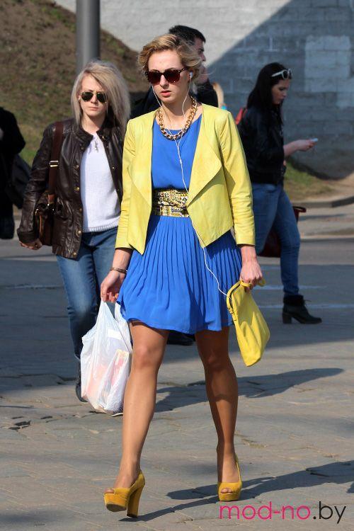 Весенняя мода на улицах Минска. Апрель. Часть 2 (наряды и образы на фото: голубое платье, желтый жакет, желтые босоножки, желтая сумка, телесные колготки, солнцезащитные очки)