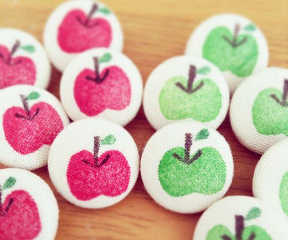 りんご柄くるみボタンの2個セットサイズ:Φ16mmオリジナルのイラストを描いて消しゴムはんこを制作し、布用のインクで絵柄をつけています。お洋服やバッグ...|ハンドメイド、手作り、手仕事品の通販・販売・購入ならCreema。