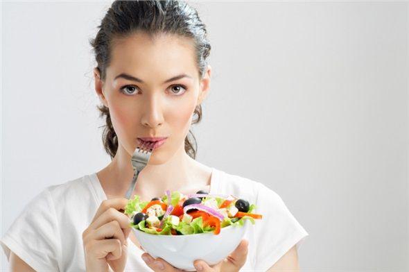 SALATALARINIZDAKİ EKSTRALARA DİKKAT EDİN: Salatalara eklenen kuru kayısı, kuru üzüm, nar, kuruyemiş gibi yiyecekler salatanın sadece besleyici değerini değil, aynı zamanda kalorisini de yükseltir.
