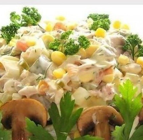 Как и любой другой, салат с грибами, курицей и огурцом имеет довольно много вариантов приготовления. Наиболее простой из них – все продукты, т. е. вареное филе курицы, свежие или маринованные огурцы и консервированные либо жареные грибы, перемешивают в равных частях и заправляют майонезом. Но