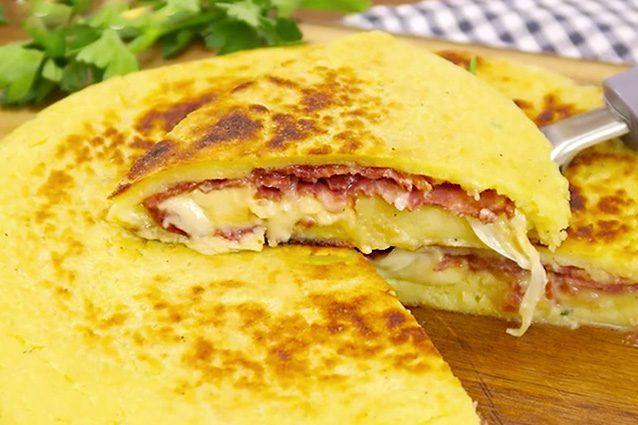 La schiacciata di patate è una ricetta semplice e gustosa che si prepara senza lievito: basterà cuocerla in padella in pochi minuti! Un antipasto morbido con un ripieno saporito e filante. Ecco come prepararla per una cena veloce e sfiziosa.