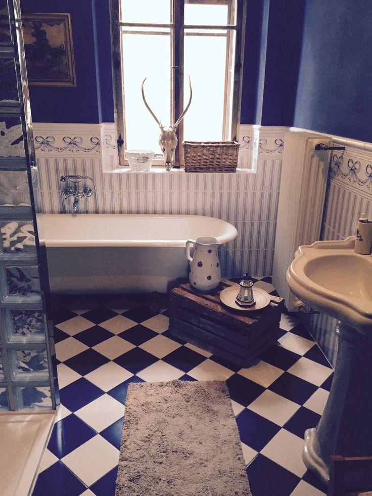 Bathroom #bath #old #vintage #retro #antlers #gold #wood #box #bathroom #window #shower #inspiration