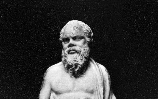 Καθώς ο Πλάτων έκανε βόλτα, ένα πρωινό με τον δάσκαλο του Σωκράτη, τον κοίταξε βαθιά στα μάτια και τον ρώτησε ποιο είναι το μυστικό για να πετύχεις οτιδήποτε. Ο Σωκράτης δεν απάντησε και ο Πλάτων από σεβασμό δεν επίμεινε, λίγο πριν φτάσουν όμως στην πηγή στερνή για να πιουν νερό, δεν άντεξε και ξαναρώτησε… Τότε …